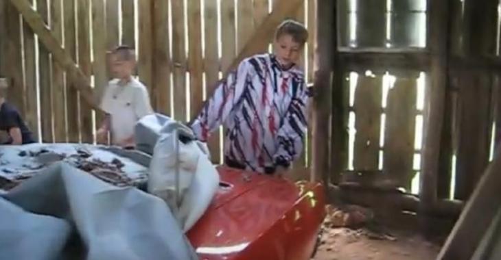 Il cache son nouveau bolide dans la grange, la réaction de ses enfants est incroyable!
