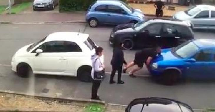 Un homme déplace une voiture à mains nues lors d'une dispute; il laisse tout le monde sans mots!