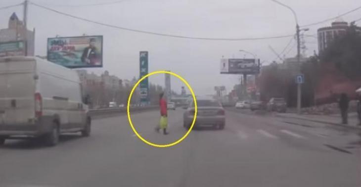 Elle traverse la rue sans regarder s'il y a des automobiles qui arrivent, la situation est dangereuse!