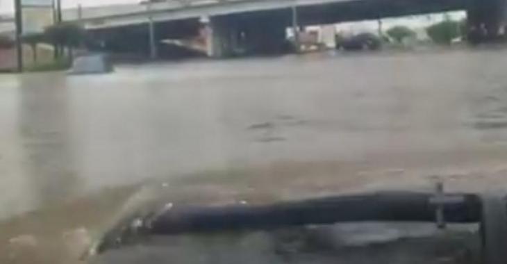 Il traverse une rue très inondée avec son Hummer, c'est risquer de s'y aventurer!
