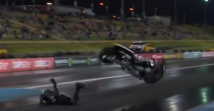 Sa moto est ridiculement trop puissante, il perd la maîtrise dès le départ!