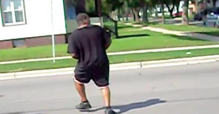 Il fait l'imbécile en traversant la rue, mais un camion lui refroidira les idées! Ayoye!