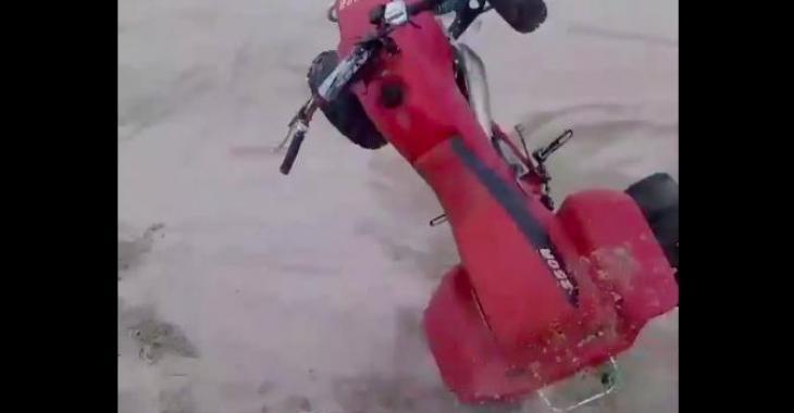 Il fait du 4 roues dans le sable, mais quand il tombe c'est le délire total! Hahaha