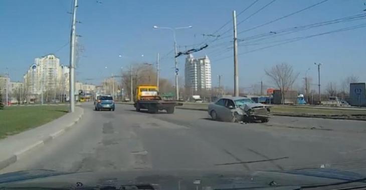 La voiture qu'il transporte sur sa remorque tombe, la cause et la suite sont surprenantes!