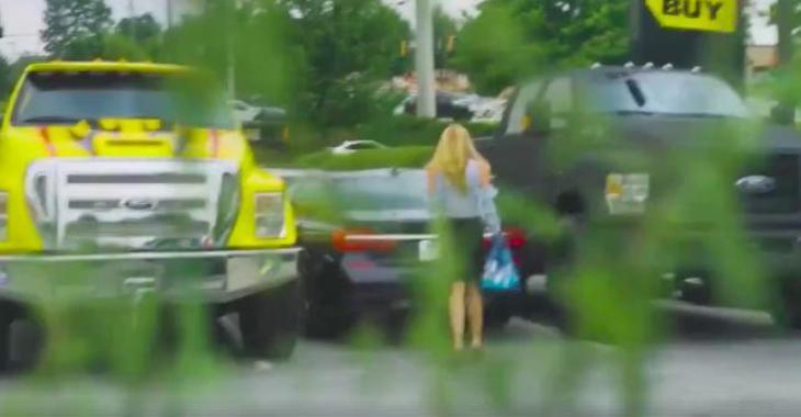 Des gens tentent de faire un mauvais coup à cette demoiselle, mais elle leur coupera l'herbe sous le pied! Haha