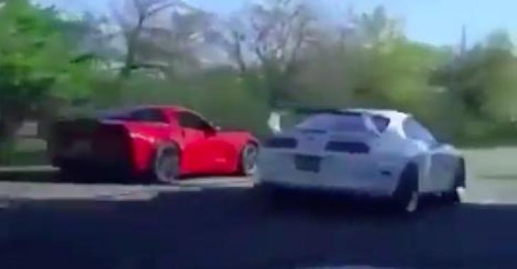 Une Corvette Z06 et une Toyota Supra s'amusent sur la route, ce sont des bolides vraiment puissants!