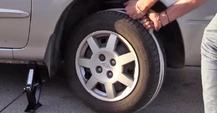 Il utilise une technique intéressante pour démarrer sa voiture, une astuce lorsque la batterie est à plat!