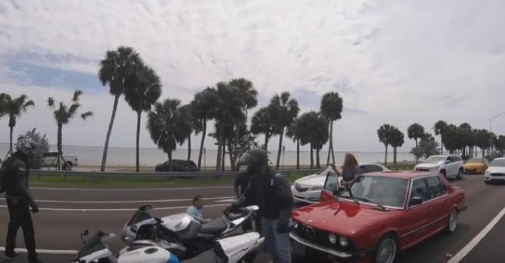 Ces motocyclistes frappent l'automobiliste en pleine rue, sa conjointe les surprend avec un arme!