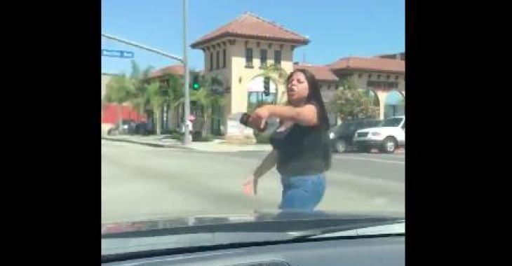 Cette femme a complètement perdu la boule! Regardez-la bien agir, vous serez bouche bée!