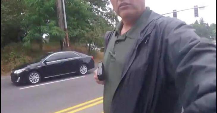 Un policier pointe son arme inutilement lors d'une interception pour vitesse excessive! Pauvre motocycliste, il a eu peur!