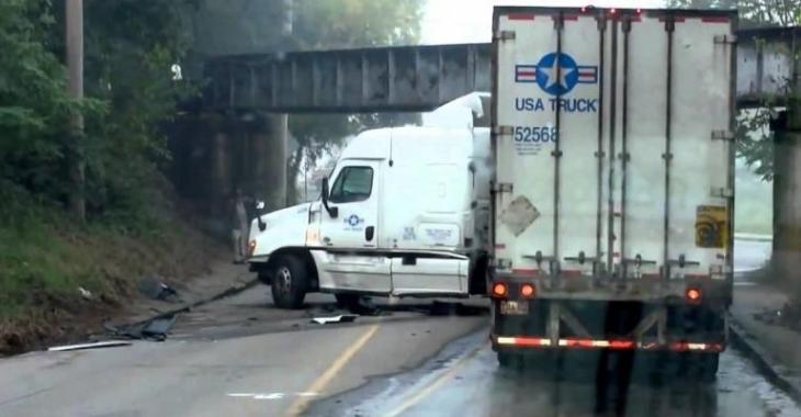Ce camionneur est mauvais en plus d'être idiot, vous comprendrez pourquoi!
