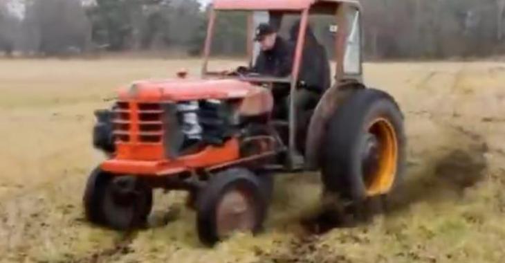 Ce fermier a le tracteur le plus surprenant jamais vu! Il n'a certainement pas besoin qu'on le dépasse quand il roule sur la route... WOW!