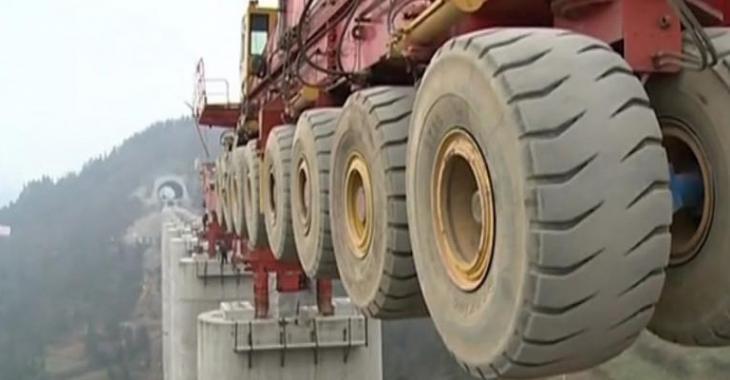 Une machine énorme qui révolutionne la construction des routes, c'est impressionnant!