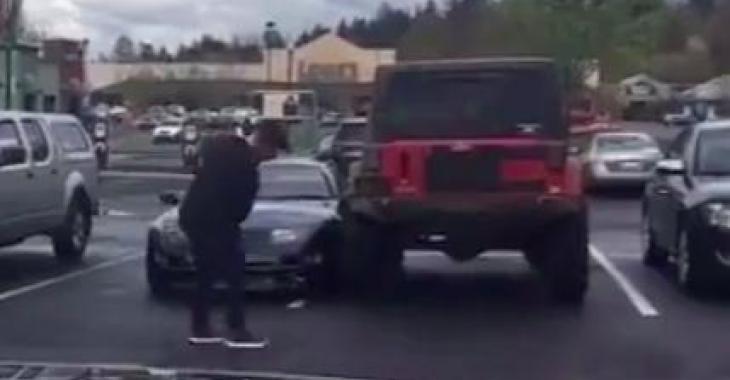 Le propriétaire du Jeep n'aime pas les gens qui se stationnent mal... Mais il aura toute une surprise!