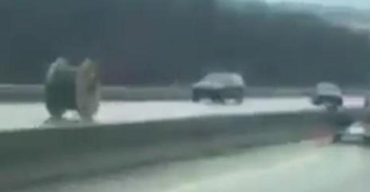 Une immense bobine se promène sur l'autoroute; elle sème la terreur!