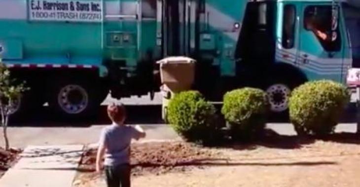 Ce petit garçon autiste est en adoration devant le camion de poubelles, ce que le conducteur fait est merveilleux!