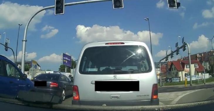 Un accident stupide et improbable survient près de son véhicule, c'est malheureusement lui qui en subit les conséquences!