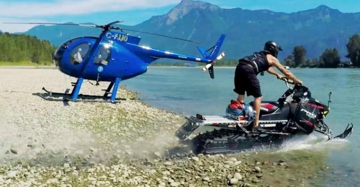 Filmé d'un hélicoptère, il tente de traverser une rivière avec sa motoneige!