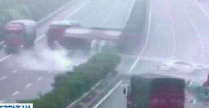 5 poids lourds font une collision spectaculaire sur l'autoroute!