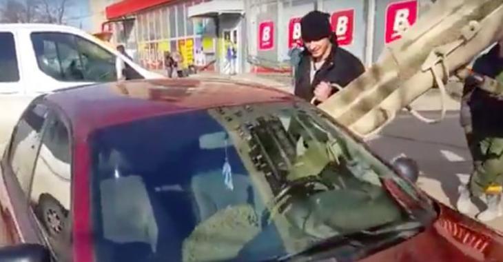 Cet homme remplis la voiture de sa femme de béton... la raison vous laissera sans voix!