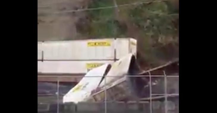 Un éboulement se produit au moment même où un train passe... La scène est effrayante!