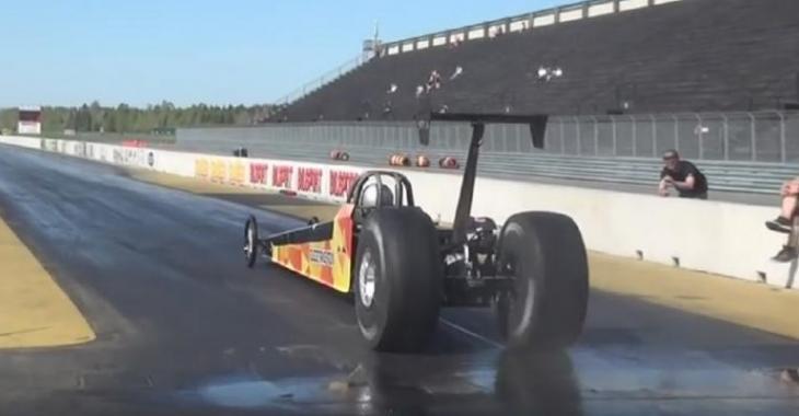 Il se construit une voiture de course spéciale à moteur électrique, c'est incroyable!