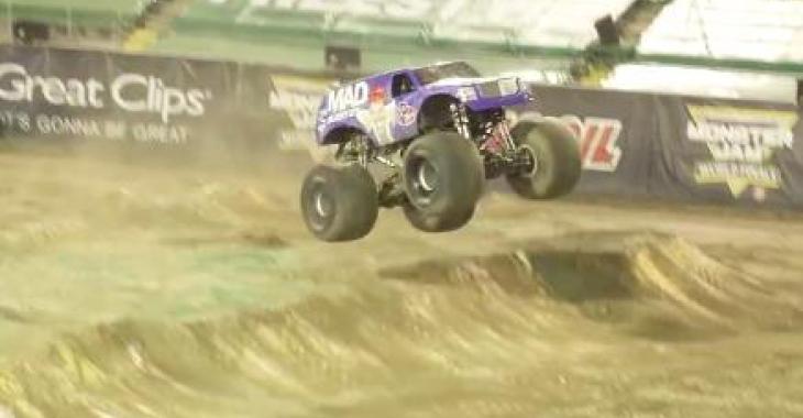 Ce que le pilote de ce Monster Truck fait est complètement ahurissant! WOW !