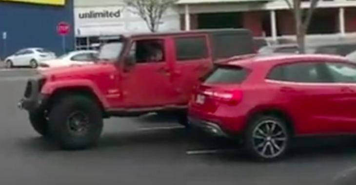 Le propriétaire de ce Mercedes est stationné comme un égoïste, observez bien sa réaction quand il reviendra à son véhicule; elle vaut de l'or!