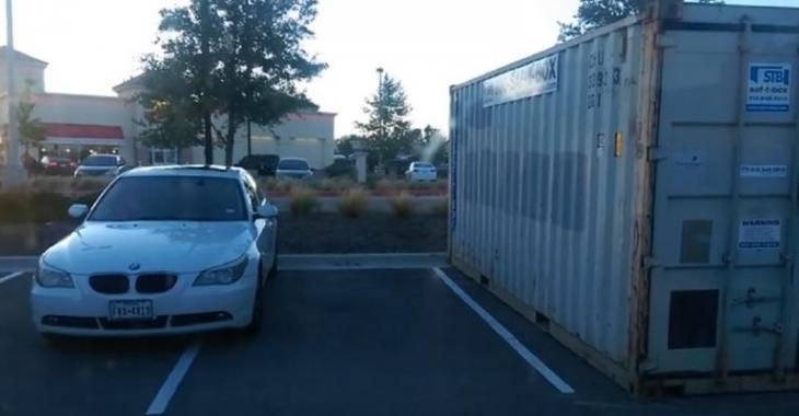 Il stationne sa BMW en double, le propriétaire du JEEP lui fait une surprise!