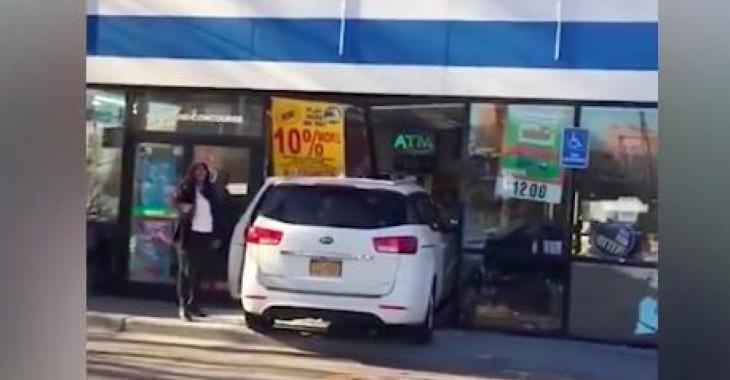 Suite à un bête accident, cette femme devient totalement hystérique! Sa réaction fait peur!