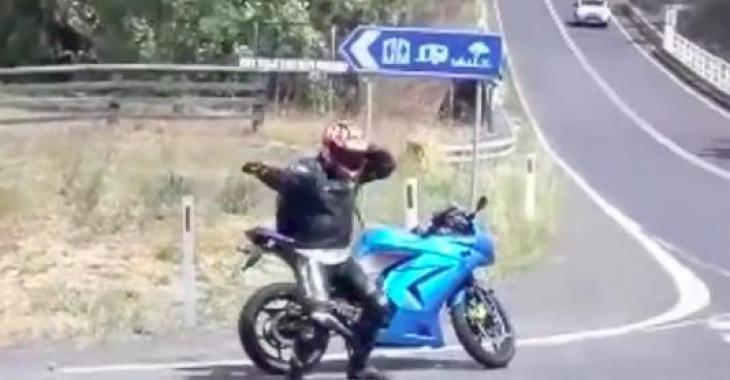 Ces motocyclistes descendent de leur moto, et ce qu'ils font vous fera assurément sourire! Ils sont vraiment comiques!