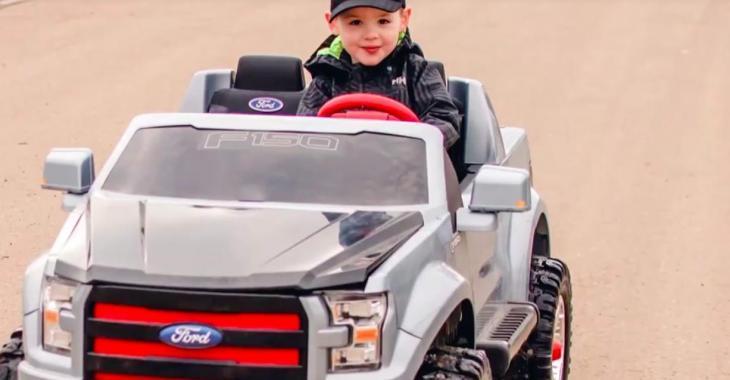 À 3 ans, ce petit garçon reçoit sa première contravention pour excès de vitesse!