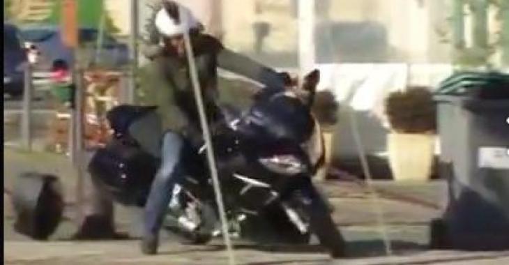Cet homme fait une balade sur le quai avec sa moto, mais il se retrouvera dans une mauvaise posture... Haha
