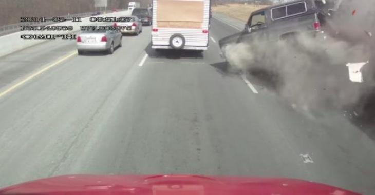 Un conducteur de poids lourd ne voit pas que la circulation est complètement arrêtée, et fait un carnage effrayant!