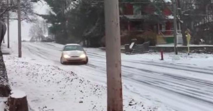 Cet automobiliste tente de tourner à gauche sur cette route glissante, sa technique vous fera bien rire!