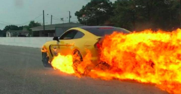 Sa Ford Mustang GT350 se transforme en boule de feu à 160 km/h, c'est brûlant!