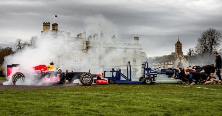 Épreuve de force incroyable entre une 8 joueurs de Rugby et une voiture Formule 1!