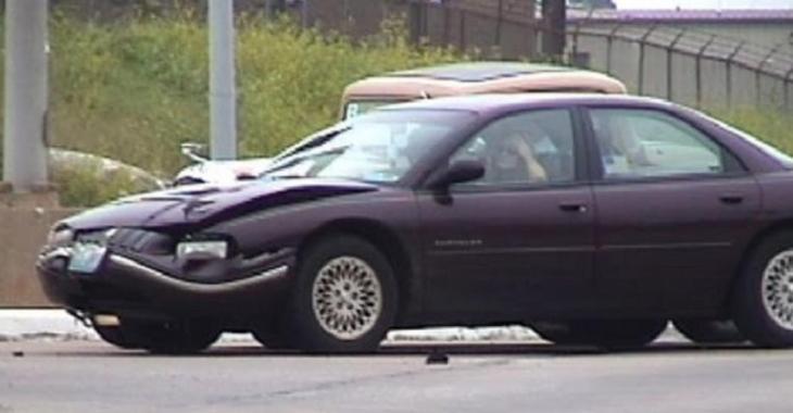 VIDÉO: Elle brûle une lumière rouge et cause un accident avec une voiture de collection!