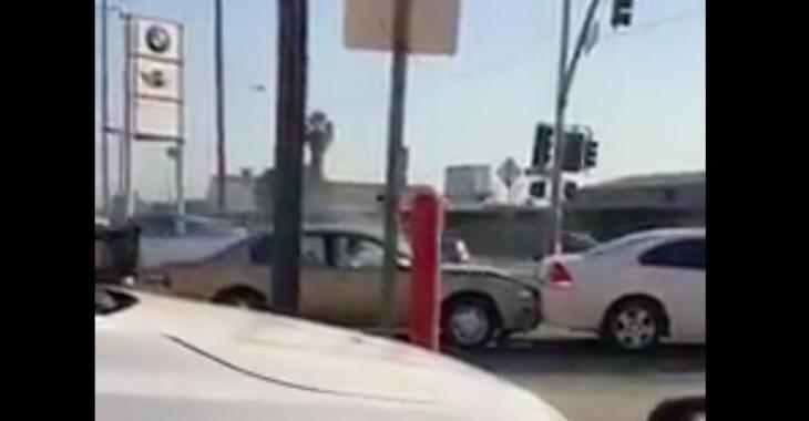 Cet automobiliste a complètement perdu la tête! Ce qu'il fait est vraiment tiré par les cheveux!