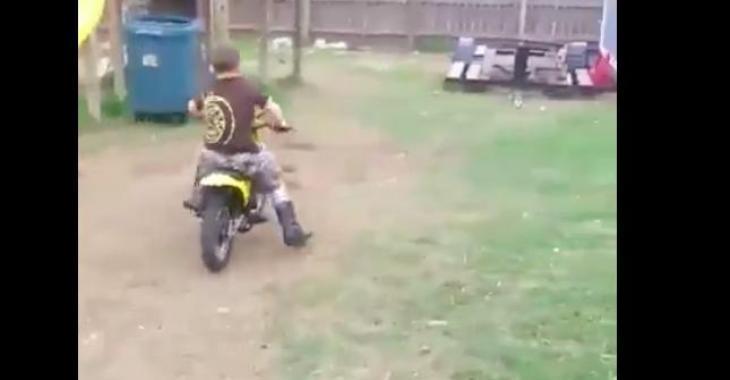 Ce petit garçon sur sa moto est sur le point de vous faire éclater de rire! Haha