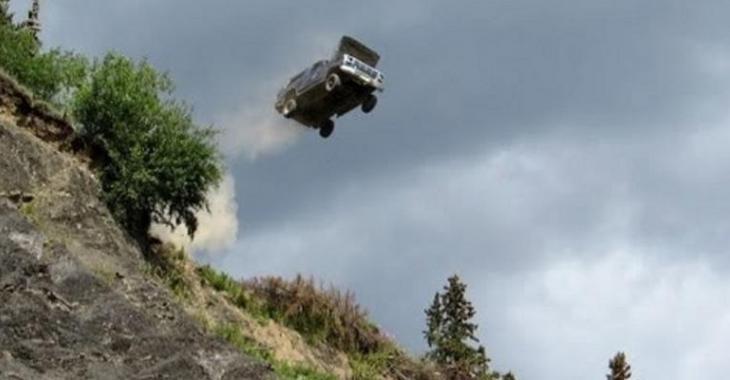 VIDÉO: Il DÉTRUIT son camion du haut d'une montagne!