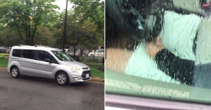 Un homme bizarre se déguise en siège de voiture... il tente de faire peur aux gens!