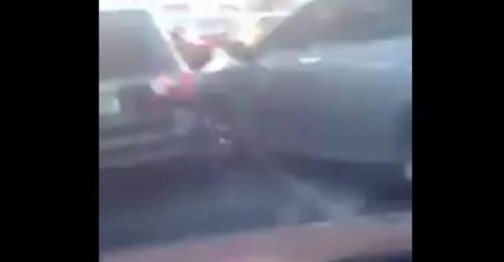 Un automobiliste lui fonce dedans avec sa voiture, mais sa réaction vaut de l'or!