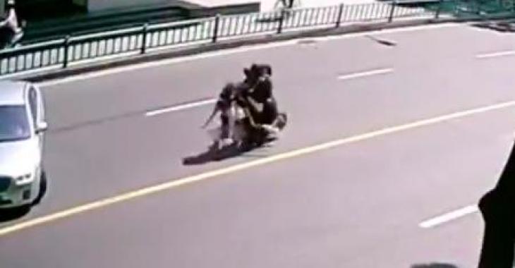 Cet accident de scooter est certainement le plus bizarre que vous aurez vu; il se termine encore plus bizarrement!