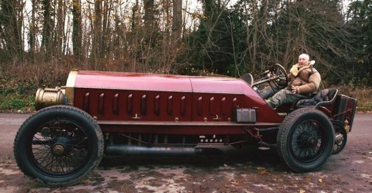 VIDÉO: Il restaure une voiture âgée de 100 ans avec un moteur d'avion!