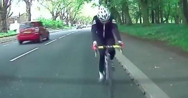 Il ne regarde pas devant lui sur son vélo... ce qui lui arrive est hilarant! Hahaha