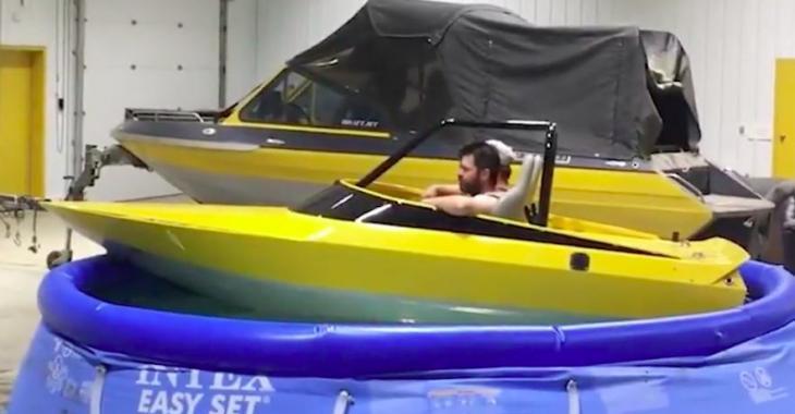 Il est tellement saoul qu'il a installé son bateau dans la piscine! Haha ce qu'il fait vous fera éclater de rire!