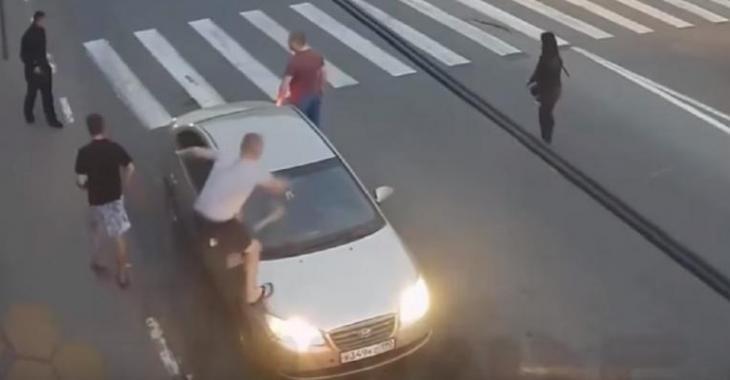 Un homme devient complètement fou et détruit la voiture même s'il se fait tirer dessus!