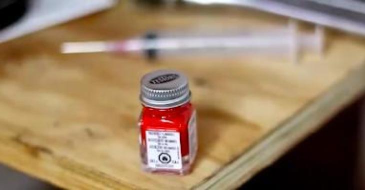 Ce qu'il fait avec un petit pot de peinture et une seringue est totalement génial! Vous voudrez faire la même chose à votre voiture!
