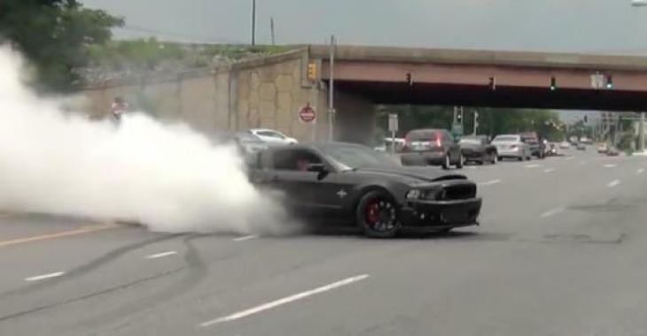 Une Shelby GT500 Super Snake à son meilleur: le show de boucane parfait!
